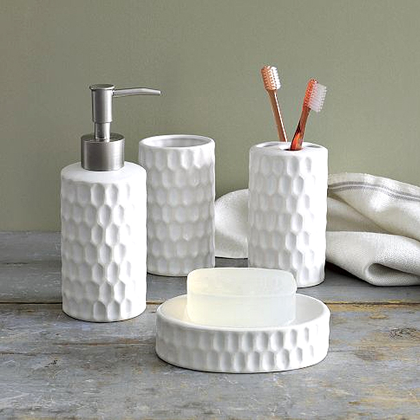 How to decorate a guest bathroom helpful tips for Contemporary bathroom accessories