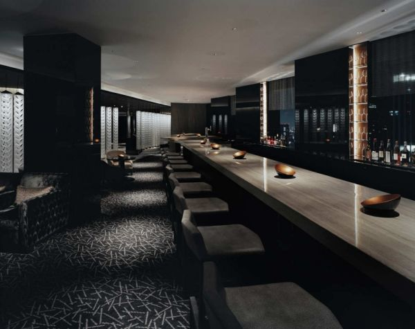 Contemporary bar lounge in tokyo japan for Bar interieur maison