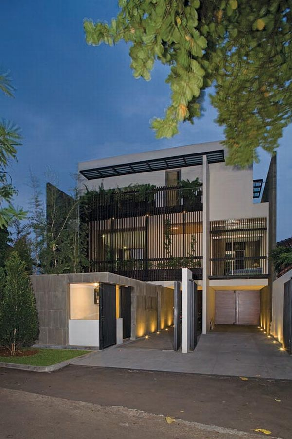 Exquisite split level house in jakarta indonesia for Modern split level homes designs