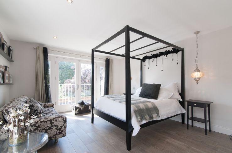 Black canopy style bedroom