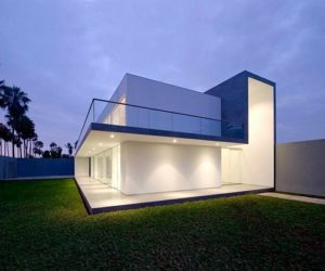 Simple and modern house by Javier Artadi