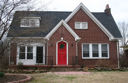 Red Front Doors Don T Necessarily Have To Look Modern If The House S Design Is Not