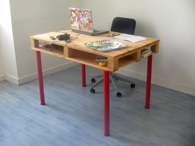 Pallet desk with red legs