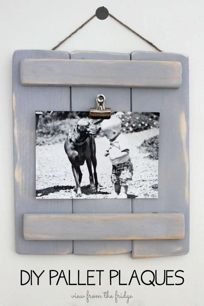 Pallet hanging picture display