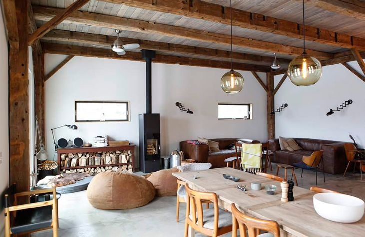 Rustic living room with accordeon lamps on wall