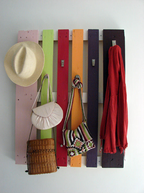 colorful-diy-coat-rack-of-a-pallet-1