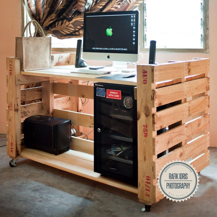 Modern pallet desk on wheels