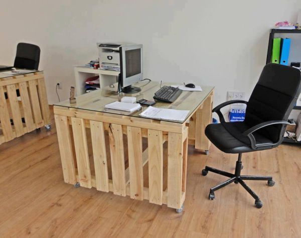 Office that use pallets to create working areas