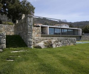 House between mountains and sea by Alfredo Resende Arquitectos