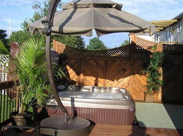 8 ways to place your original outdoor jacuzzi for Garden bathtub decorating ideas
