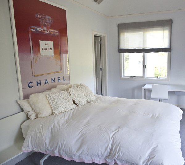 For A Minimalist Bedroom Décor, Opt For A Single Focal Point Oversized ...