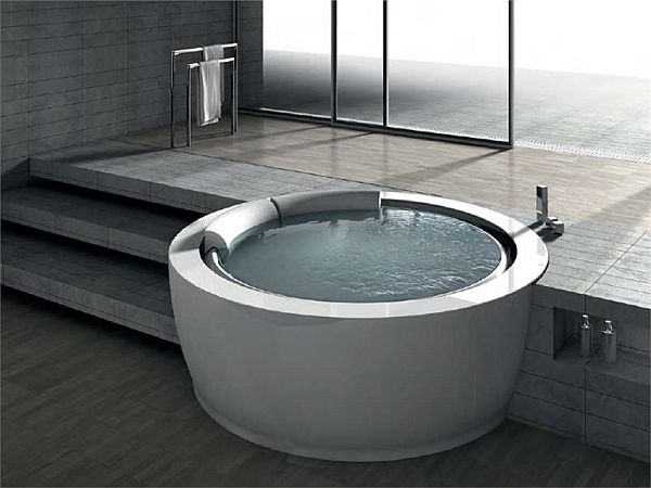 The Elegant Bolla Sfioro Round Bathtub by Franco Bertoli
