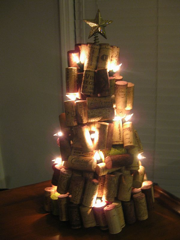 5 ways of turning wine corks into unique christmas decorations for Unique christmas tree themes