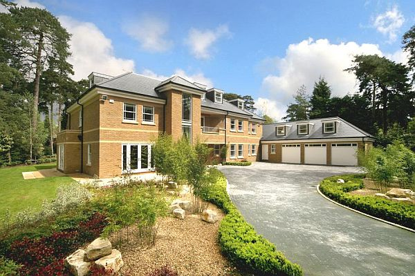 The Modern Surrey Villa In England With An Impressive TV Room