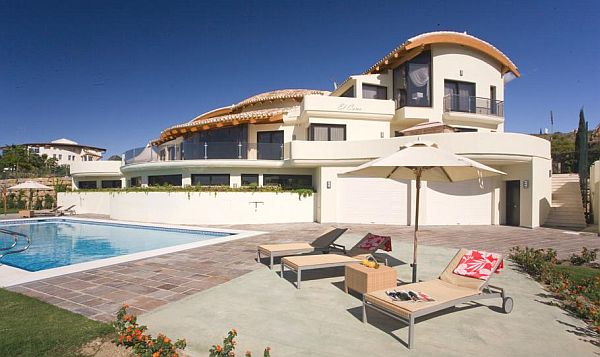 Another luxurious del sol villa in marbella spain for Spanish villa house