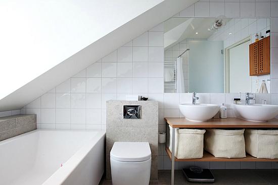 Spacious and modern white loft in stockholm - Bagno in mansarda non abitabile ...