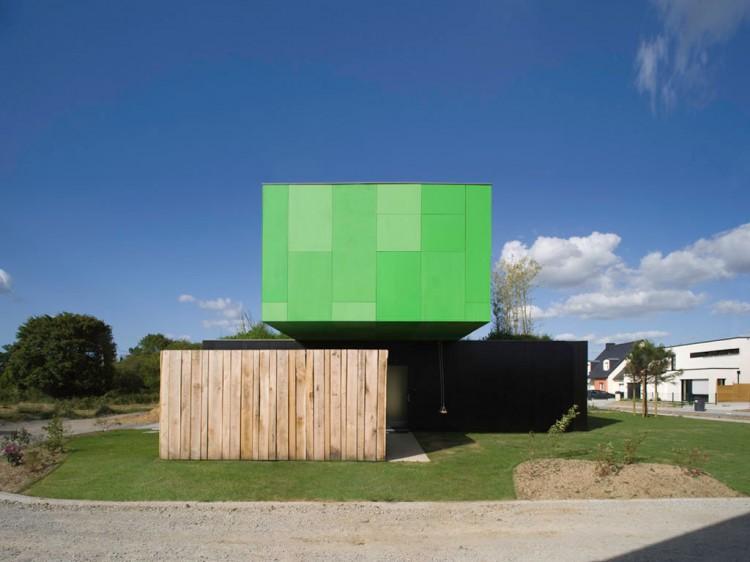 Eco-Friendly Crossbox House by CG Architectes Street View