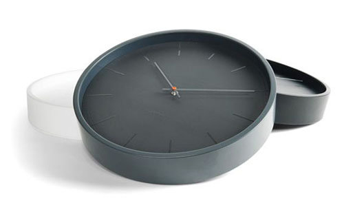 Glossy wall clock for a modern touch