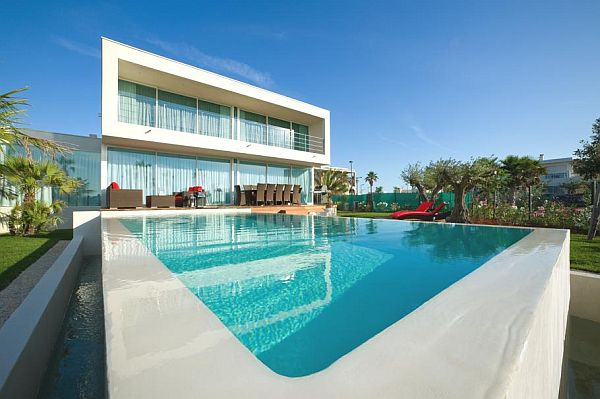 Luxurious beachfront villa frankie with infinity pool for Progetti di pool house con cucina esterna