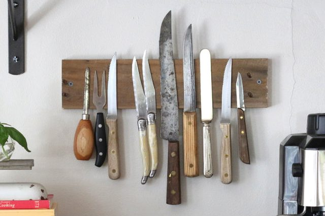 Magnetic knives display