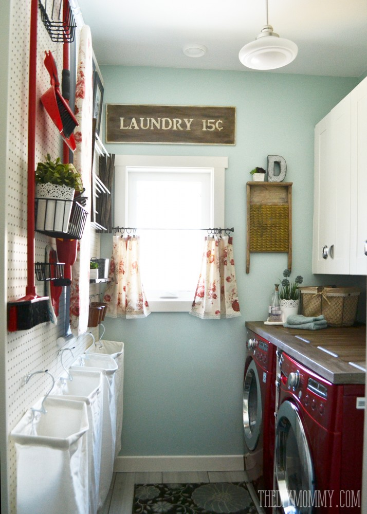 Vitnage red laundry room