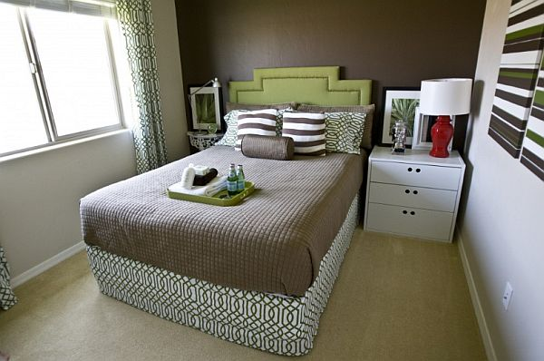 How to arrange furniture in a small bedroom for Best way to decorate a small room