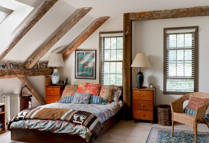 Attic bedroom with beams for teenage