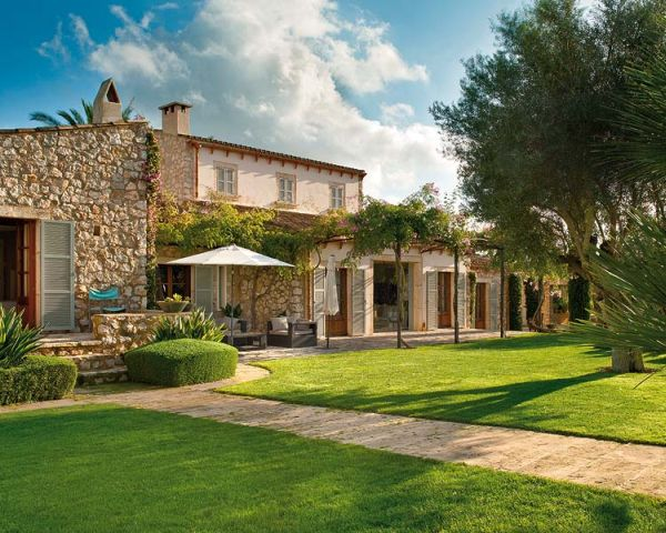 Old majorcan residence with a fresh look and exposed beams - Porches de casas de campo ...