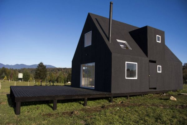 Little minimalist black house in chile for Sip homes for sale