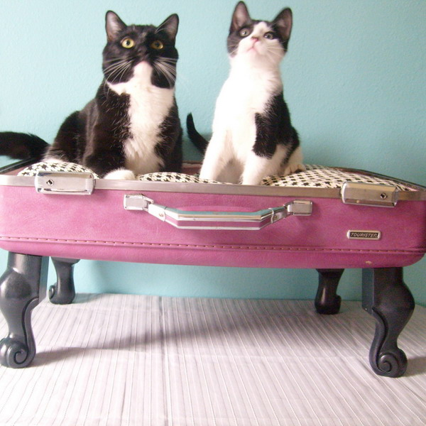 Creative Ways Of ReUsing Old Suitcases - Beautiful retro modern chairs made old suitcases
