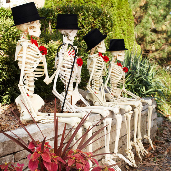 7 ways to decorate with skulls and skeletons for halloween for Idee decoration porte halloween