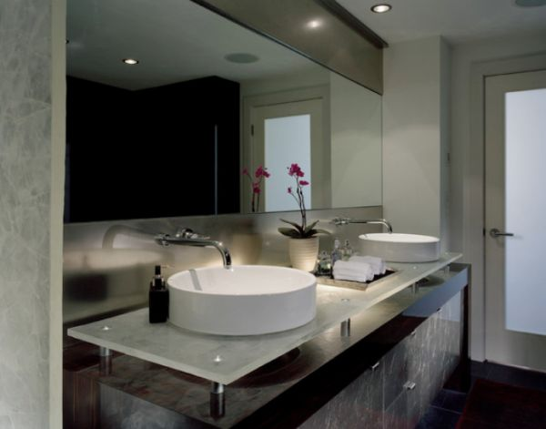 Attirant View In Gallery Stylish Contemporary Bathroom With A Large Horizontal Mirror  ...
