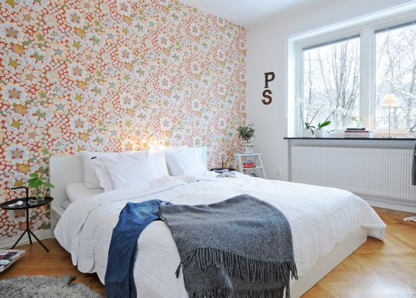 ... View In Gallery Relaxing Bedroom With Floral Wallpaper ...