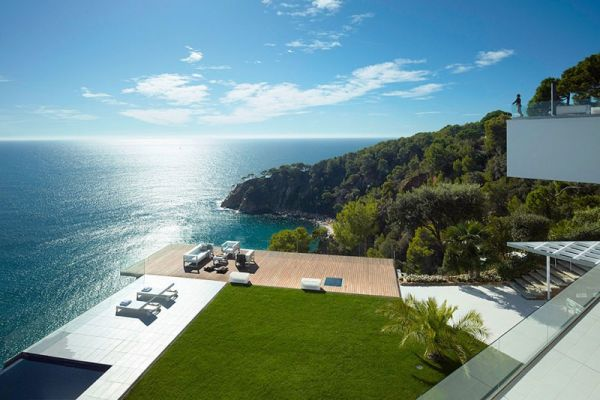 A spectacular three unit complex overlooking the Mediterranean Sea