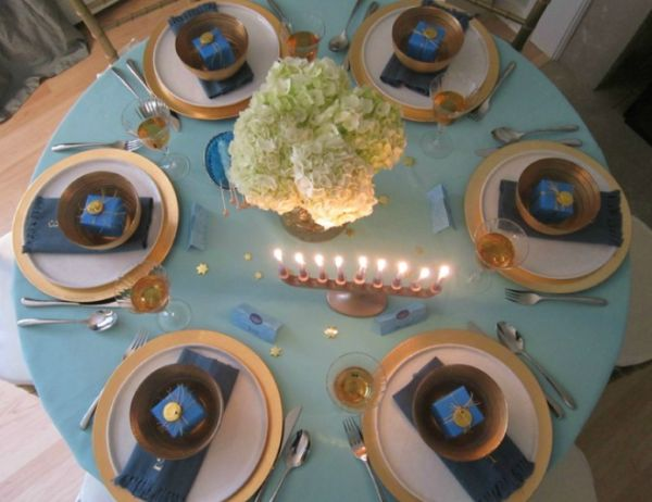 Holiday tablescapes - Interesting tables capes for christmas providing cozy gathering space ...