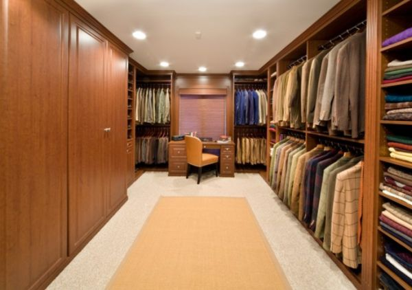 25 interesting design ideas and advantages of walk in closets for Organized walk in closet