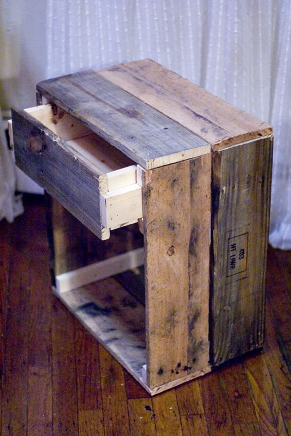 14 inspiring diy projects featuring reclaimed wood furniture for Table de chevet original