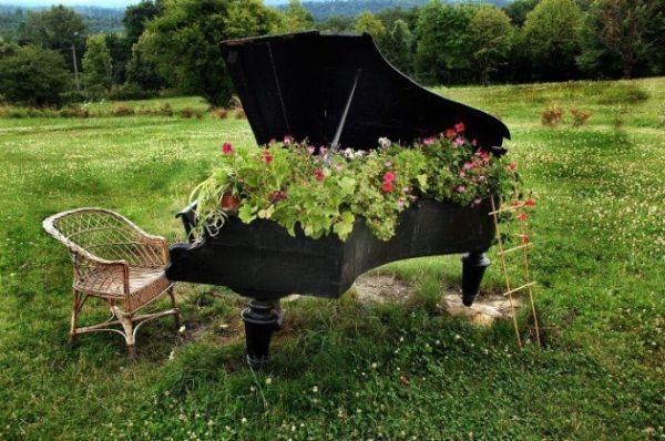 old-piano-garden-flowers