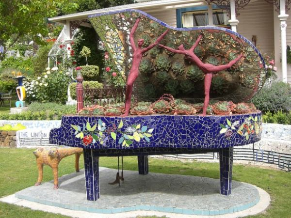 old-piano-garden-flowers2