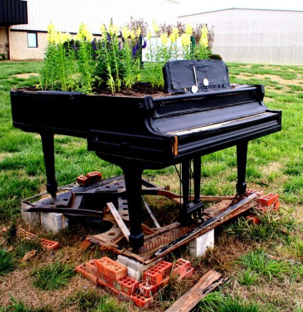 old-piano-garden-flowers3