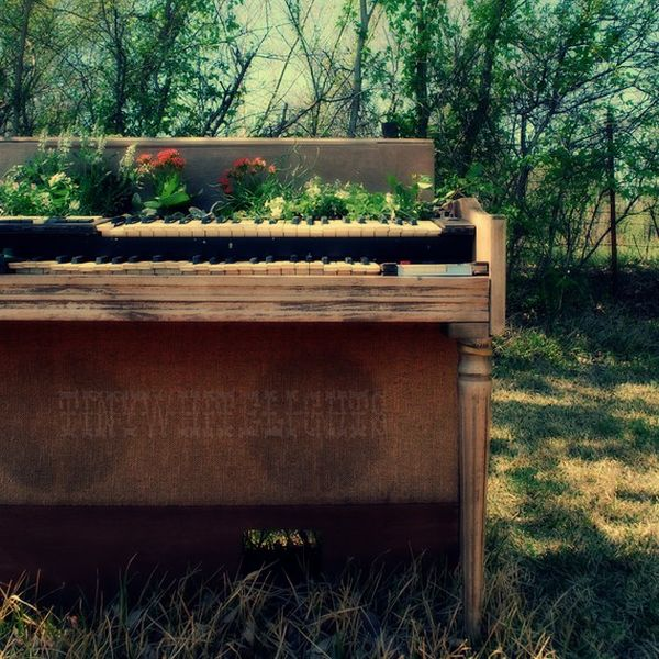 old-piano-garden-flowers4