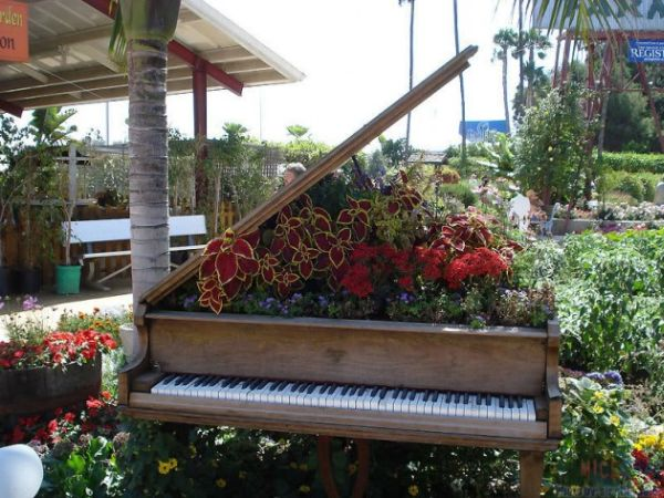 old-piano-garden-flowers5