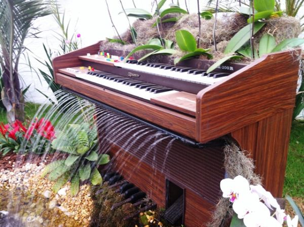 old-piano-turned-into-outdoor-fountain2