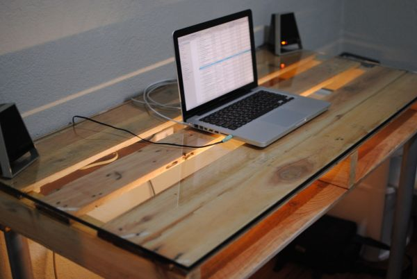 19 diy pallet desks a nice way to save money and to customize your home office. Black Bedroom Furniture Sets. Home Design Ideas