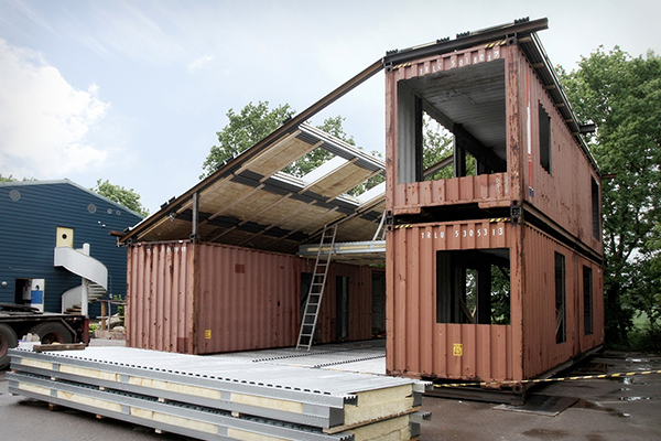 The creative green design of a shipping container home - Achat maison container ...