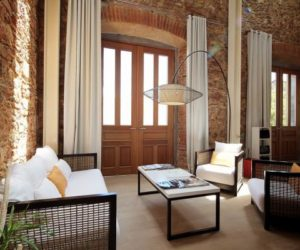 Stone Walls And Elegant Features In A Duplex From A Historic Panama Building