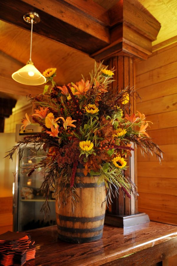 Unique ideas to displays flowers create a centerpiece