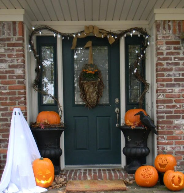 the best 35 front door decors for this years halloween - When To Decorate For Halloween