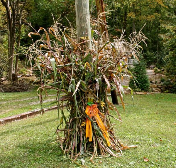 Decorate the light pole. & Beautiful Fall Decorations Made With Dried Corn And Corn Stalks