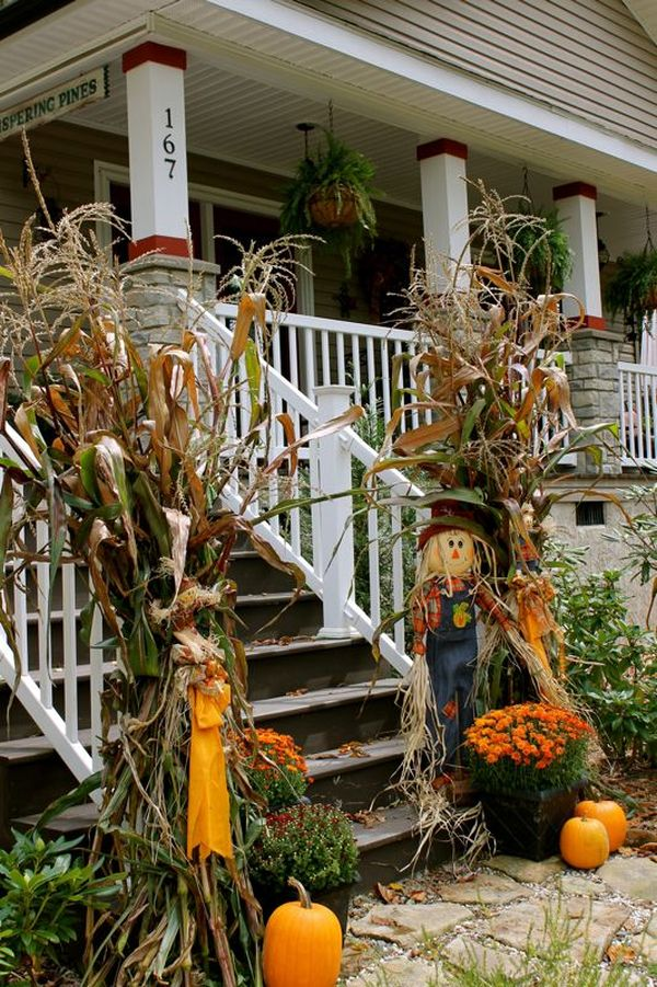 Beautiful fall decorations made with dried corn and corn for Pictures of fall decorations for the yard